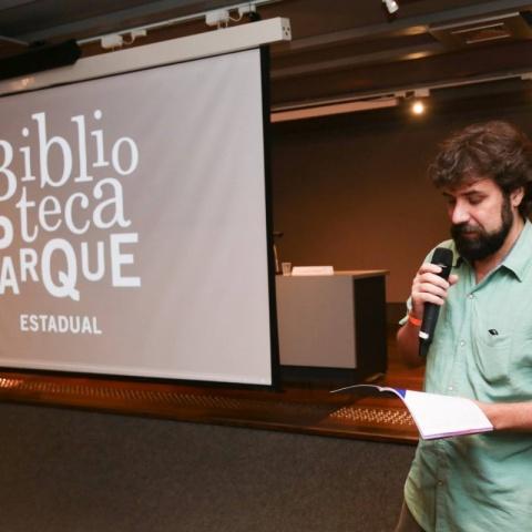 Márcio Blanco no palco do Seminário Deseducando o Olhar 2015.