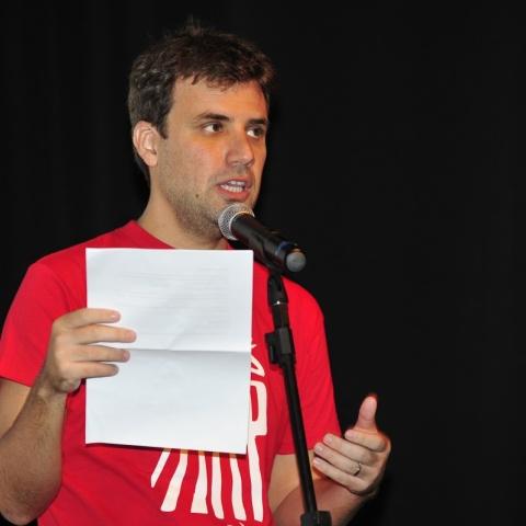Marcio Blanco fazendo a Leitura da carta da Rede Miradas em 2010