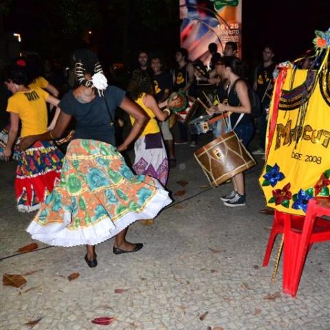 Bloco Maracutaia dançando na Praça Gal. Osório em 2012