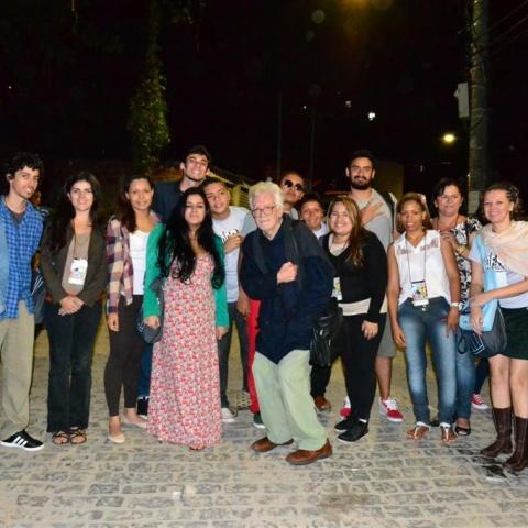 Nosso homenageado Eduardo Coutinho e realizadores no Morro da Babilônia em 2012