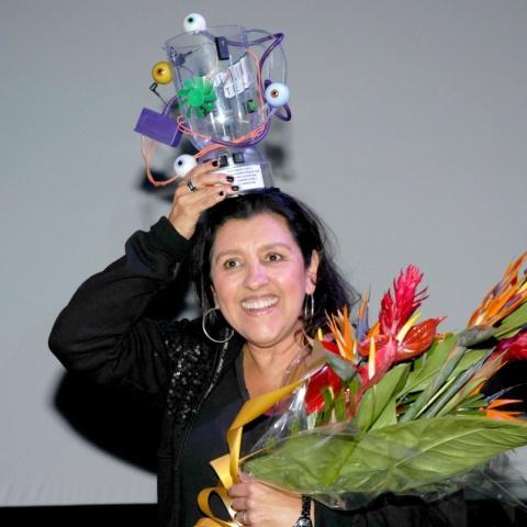 Regina Casé sendo homenageada no Visões Periféricas 2011