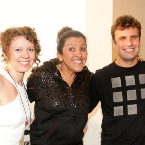 Os coordenadores do festival, Karine Mueller e Marcio Blanco com a homenageada Regina Casé